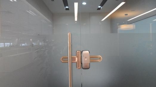 khóa cửa kính