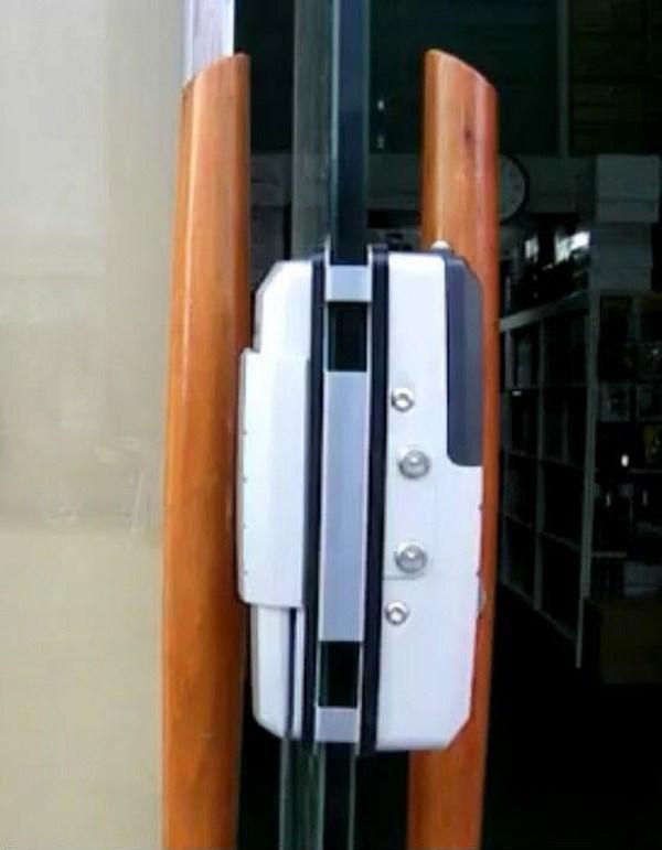 khóa cửa kính thông minh