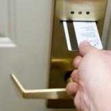 Hướng dẫn cách sử dụng khóa từ khách sạn