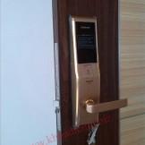 Lắp đặt khóa điện tử Samsung SHS H705XMK màu vàng